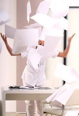fliegender Papierstapel