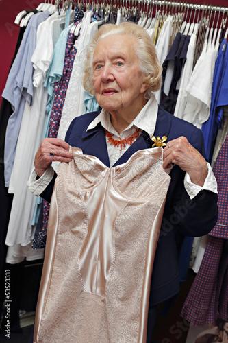 vieille dame dans magasin de lingerie photo libre de droits sur la banque d 39 images. Black Bedroom Furniture Sets. Home Design Ideas
