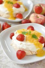 Pavlova mit Erdbeeren und Pfrischen