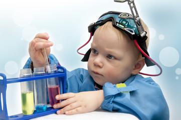 Малыш - ученый. Ребенок в спецодежде занимается опытами