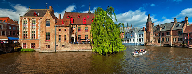 Foto auf Leinwand Brugge Houses along the canals of Brugge or Bruges, Belgium