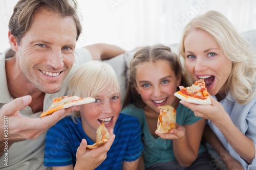 family eating pizza - HD 1280×853