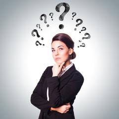 Geshäftsfrau mit Fragezeichen