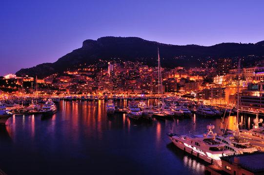 Der Hafen von Monaco bei Nacht.