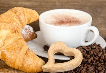 Leckeres Frühstück mit Croissants und Latte Macciato