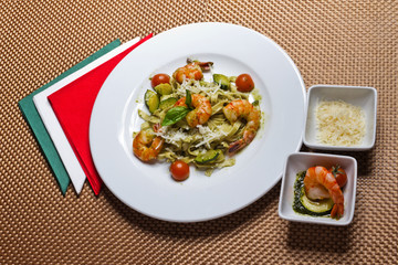Paste with shrimps and vegetables