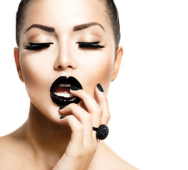 Foto op Plexiglas Fashion Lips Vogue Style Fashion Girl with Trendy Caviar Black Manicure