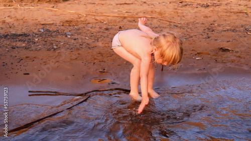 """""""маленькая девочка плещется в воде, собирается купаться"""" Стоковый клип и роялти-фри видео на"""