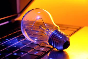 Strom - Glühbirne auf Laptop