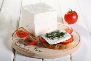 formaggio feta su fetta di pane e pomodoro