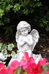 Trauriger kleiner Engel auf einem Grab