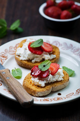 crostini with ricotta cheese and strawberries