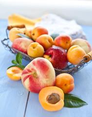 Verschiedene Pfirsichsorten in einem Koerbchen