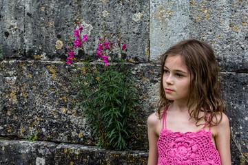 Fillette devant le mur du Château de Chambord