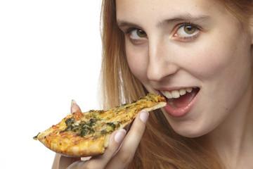 Junge Frau isst ein Stück Pizza