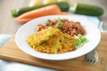 Rösti aus Gemüse mit vegetarischer Bolognese