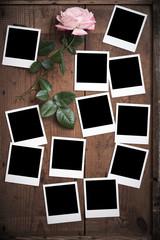 alte Polaroid Fotorahmen auf Holz mit Rose