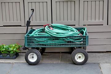 Rouleaux de tuyaux d'arrosage sur un chariot