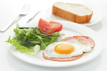 ハムエッグとパン