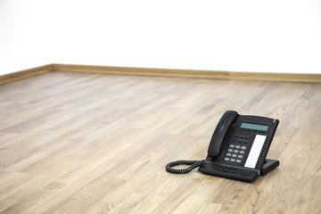 Telefon auf dem Fussboden Büro ohne Möbel