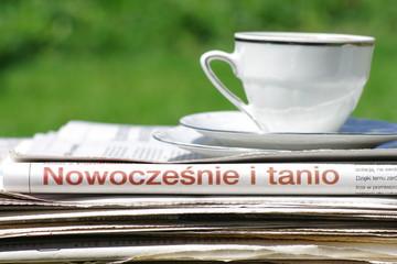 Filiżanka z kawą na gazetach