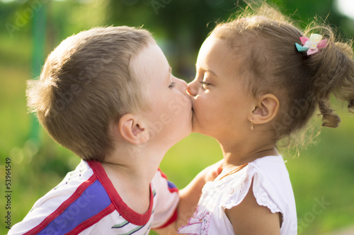 boy and girl kissing № 663810