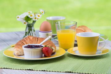 frühstück mit o-saft und croissant
