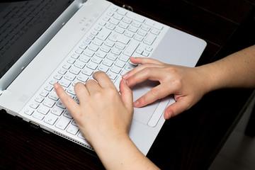 Mani di donna su tastiera