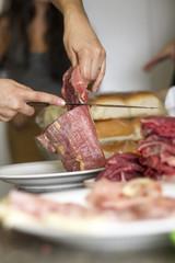 Preparacion de carne y verduras, manos y cuchillo cortando carne