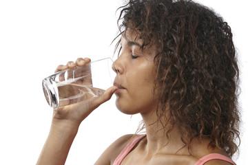 Junge Frau trinkt ein Glas Mineralwasser