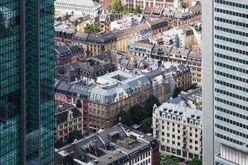Frankfurter Wohnhäuser zwischen Wolkenkratzern