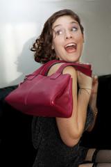 Jeune femme dynamique avec sac à main