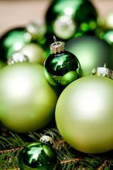 festliche weihnachts dekoration in grün auf holz