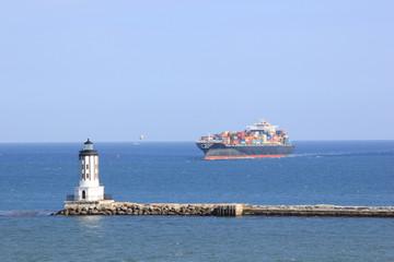 Leuchtturm und Schiff