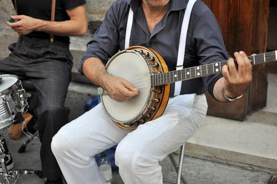 Artista di strada con banjo