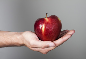 jabłko na męskiej dłoni