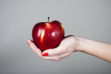 Czerwone jabłko na dłoniu