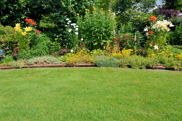 Foto op Plexiglas Tuin Gartenansicht mit Rasen und Stauden