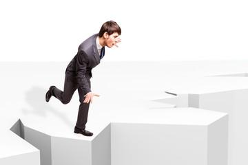 Geschäftsmann balanciert am Abgrund