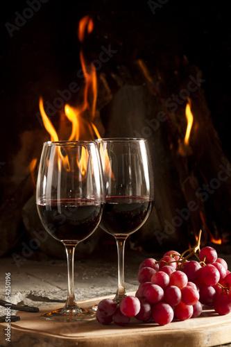 """Copas de vino uvas y fuego en chimenea de fondo."""" fotos de archivo ..."""