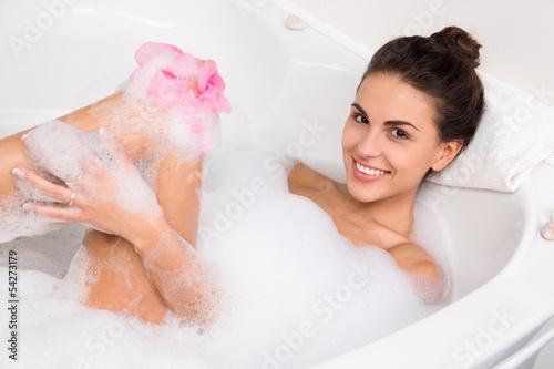 Сладенькая брюнетка моется в ванне одна  392463