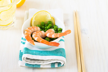 Shrimps with green peas