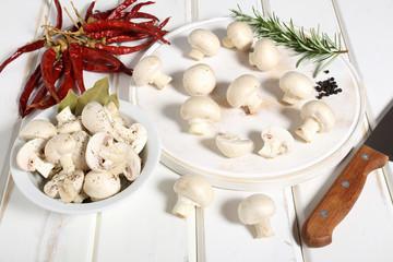 funghi champignon sfondo bianco