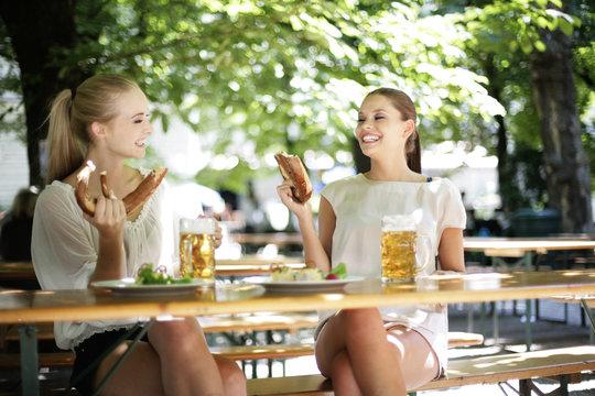 zwei hübsche Mädchen im Biergarten