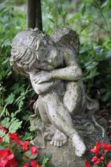 Trauriger Engel auf einem Grab