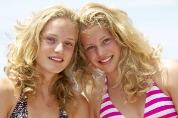 Zwei blonde Mädchen im Bikini