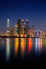 Poster Violet Dubai Marina, UAE at dusk as seen from Palm Jumeirah