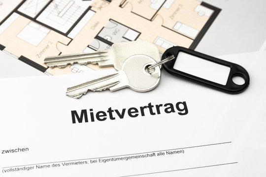 Mietvertrag mit Schlüssel und Schlüsselbund