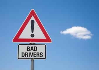 Achtung Schild mit Wolke BAD DRIVERS