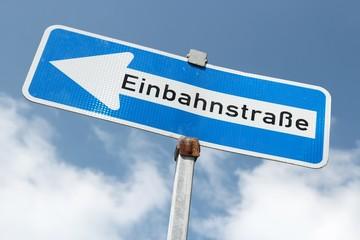 Deutsches Verkehrszeichen: Einbahnstraße